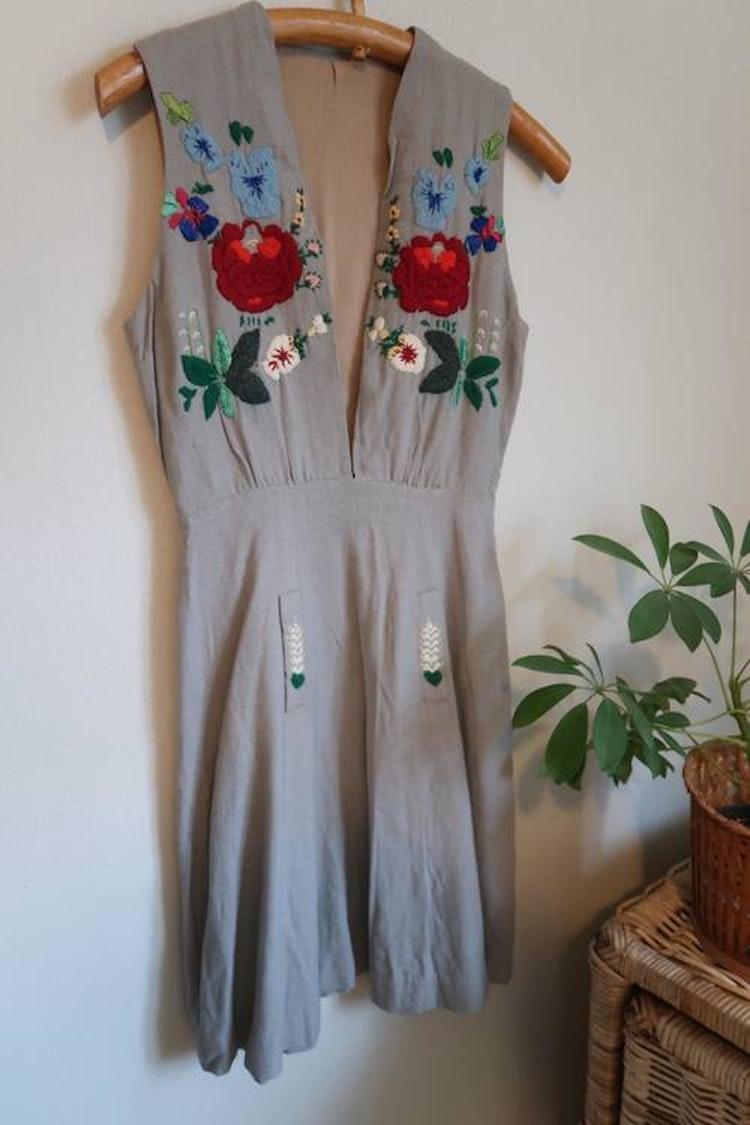 Grå hemmasydd broderad klänning