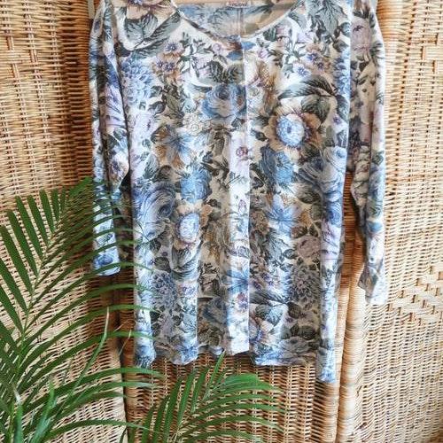 Blåblommig tröja