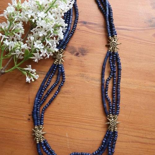 Halsband i blått med solar