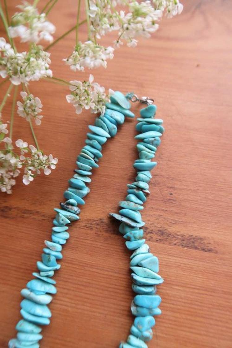 Halsband med turkosa stenar