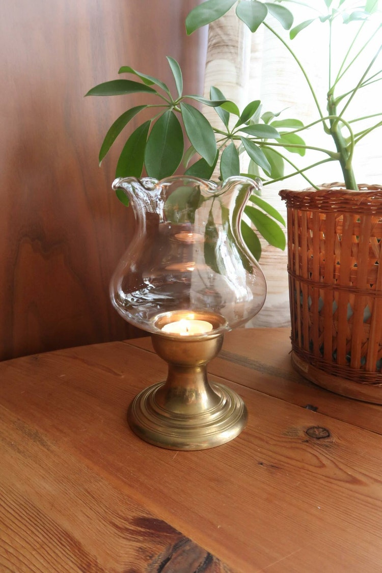 Ljuslykta i mässing med glaskupa