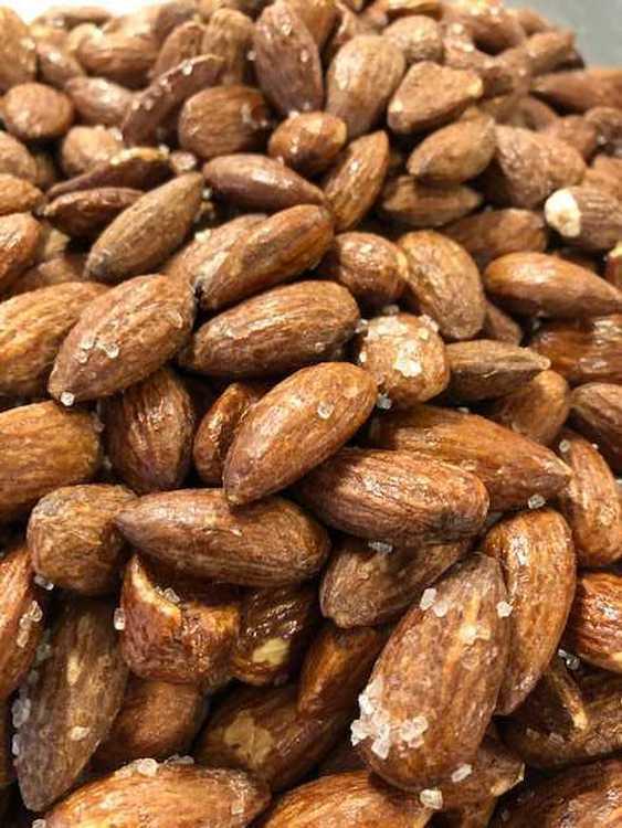 Grovsaltade mandlar 180 gram eller 300 gram.