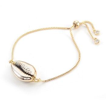 Guldfärgat armband med snäcka