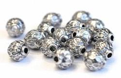 Antikfärgade mönstrade små metallpärlor 6 mm, 10 st