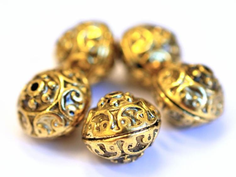 Antikt guldfärgade mönstrade metallpärlor 12 mm, 10 st