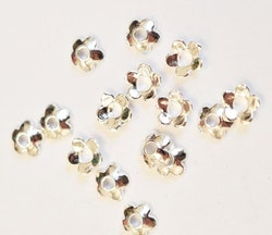 Silverfärgade pärlhattar 4 mm blommor, ca 50 st