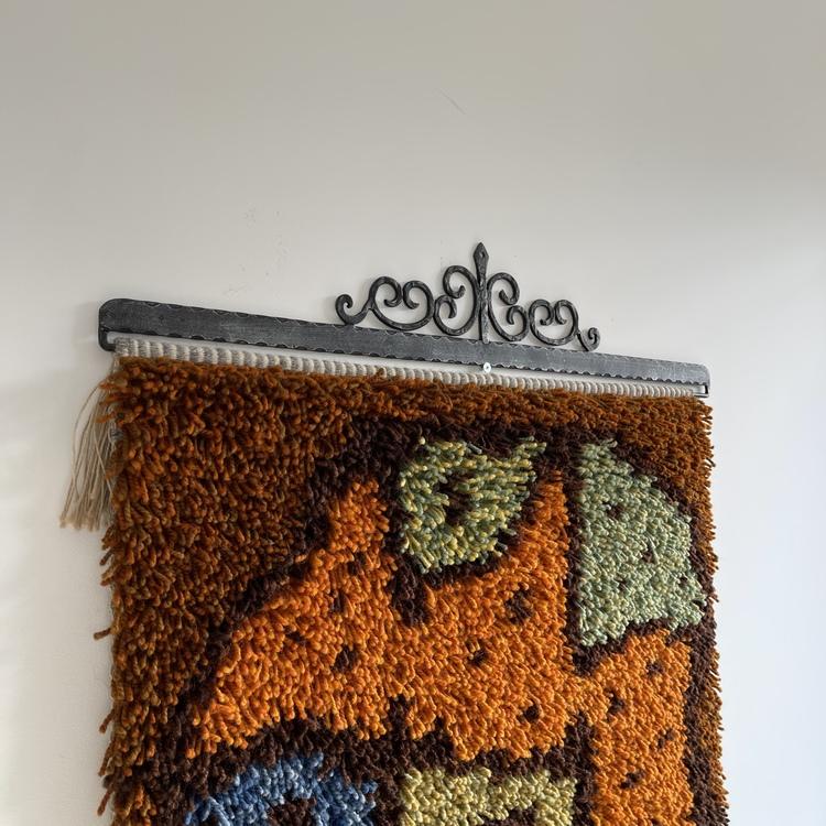 Fargerikt vegghengt knyteteppe