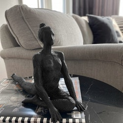 "Skulptur ""Yoga Mahal"" svart"