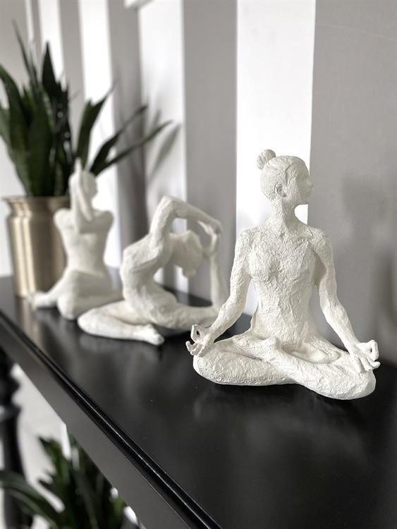 """Skulptur """"Yoga Lomasi"""" vit"""
