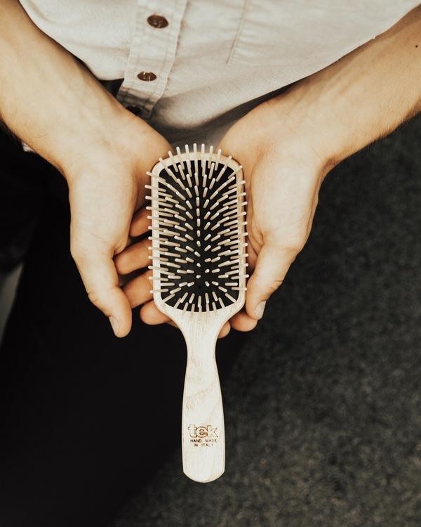 TEK - Stor hårborste i askträ med långa träpiggar