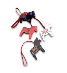Julgranshänge Dalahäst med lingon motiv, röd