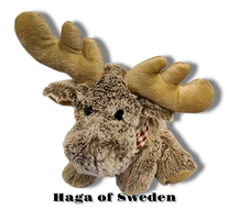 Mjukis sittande älg med Svensk Flaggscarf 30cm