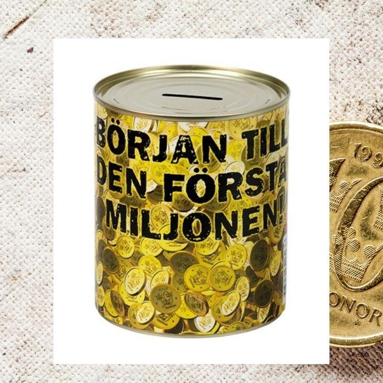 """sparbössan finns en massa tiokronor och en svart text där det står """"Början till den första miljonen""""."""