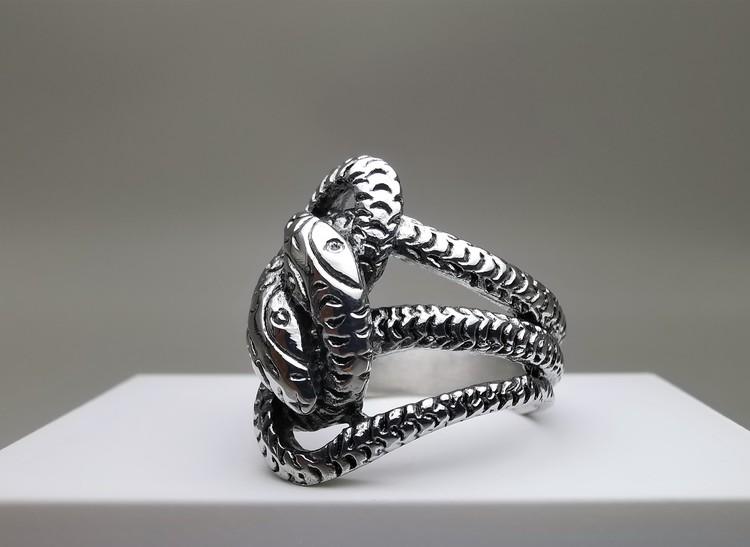 Trust Stainless Steel Ring bild 3 är en vacker maskulin herr ring, passar perfekt som present.