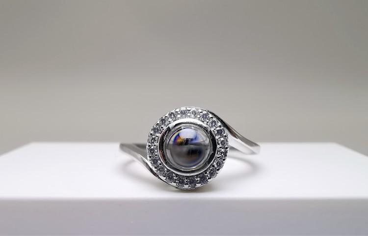 Worlds Love bild 1 är en Elegant, tidlös, och modern accessoar. Otroligt Vacker design av SWEVALI för alla tillfälle. Smycken är av hög kvalité Silver ring. Passar perfekt för damer som gillar att bär