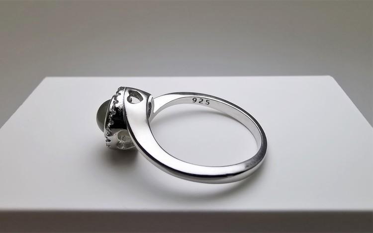 Worlds Love bild 2 är en Elegant, tidlös, och modern accessoar. Otroligt Vacker design av SWEVALI för alla tillfälle. Smycken är av hög kvalité Silver ring. Passar perfekt för damer som gillar att bär