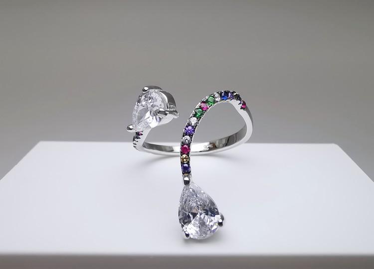 Silver Flex bild 2 är en Elegant, tidlös, och modern accessoar. Otroligt Vacker design av SWEVALI för alla tillfälle. Smycken är av hög kvalité Silver ring. Passar perfekt för damer som gillar att bär
