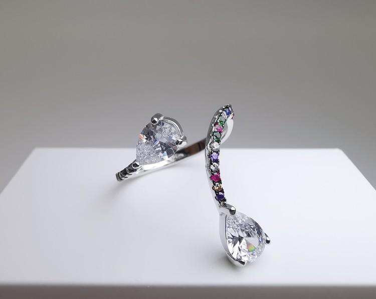Silver Flex bild 1 är en Elegant, tidlös, och modern accessoar. Otroligt Vacker design av SWEVALI för alla tillfälle. Smycken är av hög kvalité Silver ring. Passar perfekt för damer som gillar att bär