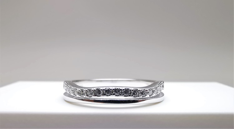 Silver Waves bild 1 är en Elegant, tidlös, och modern accessoar. Otroligt Vacker design av SWEVALI för alla tillfälle. Smycken är av hög kvalité Silver ring. Passar perfekt för damer som gillar