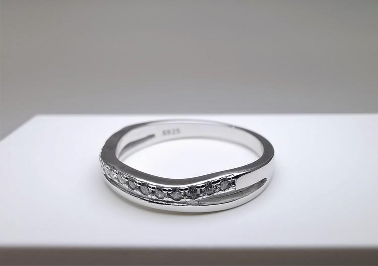 Silver Waves bild 2 är en Elegant, tidlös, och modern accessoar. Otroligt Vacker design av SWEVALI för alla tillfälle. Smycken är av hög kvalité Silver ring. Passar perfekt för damer som gillar