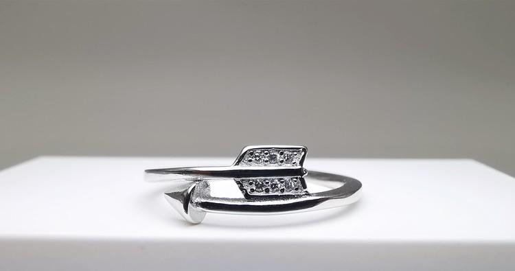 Target bild 1 är en Elegant, tidlös, och modern accessoar. Otroligt Vacker design av SWEVALI för alla tillfälle. Smycken är av hög kvalité Silver ring. Passar perfekt för damer som gillar
