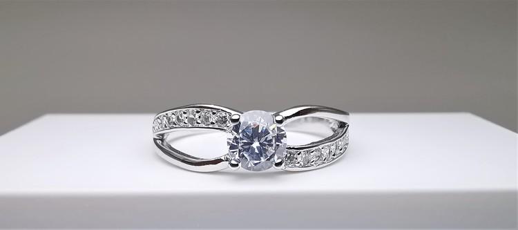 Soul Symmetry Infinity bild 1 är en Elegant, tidlös, och modern accessoar. Otroligt Vacker design av SWEVALI för alla tillfälle. Smycken är av hög kvalité Silver ring. Passar perfekt för damer som gil