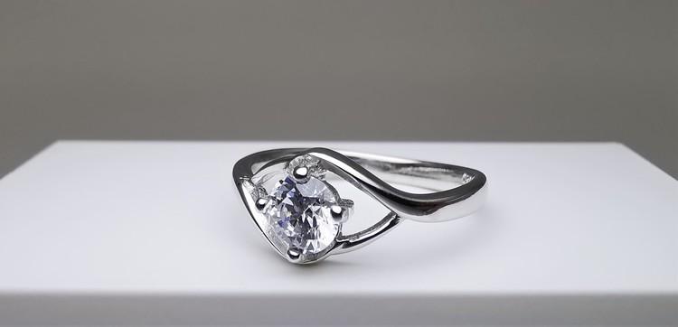 Silver Eye bild 2 är en Elegant, tidlös, och modern accessoar. Otroligt Vacker design av SWEVALI för alla tillfälle. Smycken är av hög kvalité Silver ring. Passar perfekt för damer som gillar
