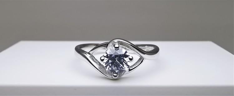 Silver Eye bild 1 är en Elegant, tidlös, och modern accessoar. Otroligt Vacker design av SWEVALI för alla tillfälle. Smycken är av hög kvalité Silver ring. Passar perfekt för damer som gillar
