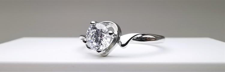Silver Heart Jewel bild 2 är en Elegant, tidlös, och modern accessoar. Otroligt Vacker design av SWEVALI för alla tillfälle. Smycken är av hög kvalité Silver ring. Passar perfekt för damer som gillar