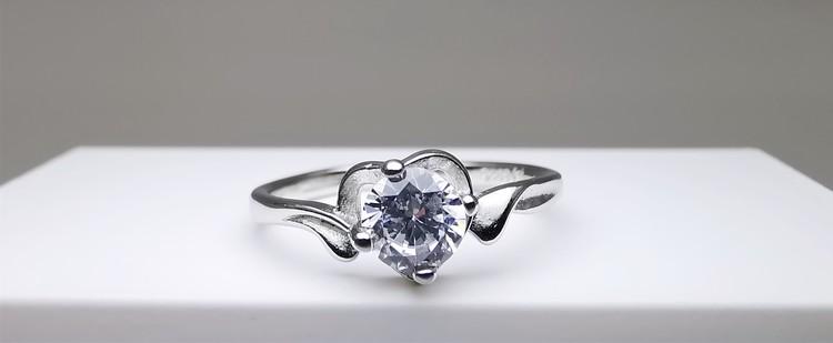 Silver Heart Jewel bild 1 är en Elegant, tidlös, och modern accessoar. Otroligt Vacker design av SWEVALI för alla tillfälle. Smycken är av hög kvalité Silver ring. Passar perfekt för damer som gillar