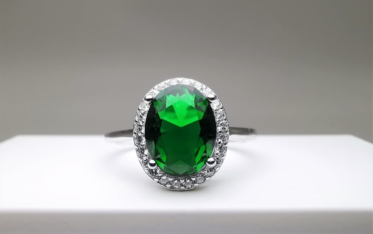 Emerald hunt bild 1 är en Elegant, tidlös, och modern accessoar. Otroligt Vacker design av SWEVALI för alla tillfälle. Smycken är av hög kvalité Silver ring. Passar perfekt för damer som gillar att bä