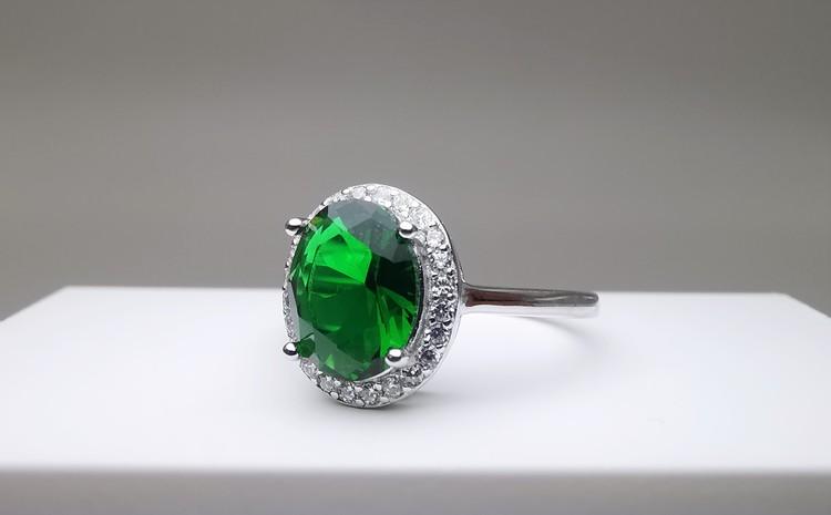 Emerald hunt bild 2 är en Elegant, tidlös, och modern accessoar. Otroligt Vacker design av SWEVALI för alla tillfälle. Smycken är av hög kvalité Silver ring. Passar perfekt för damer som gillar att bä