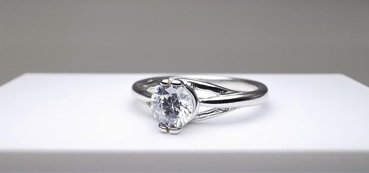 Silver eye straight bild 2 är en Elegant, tidlös, och modern accessoar. Otroligt Vacker design av SWEVALI för alla tillfälle. Smycken är av hög kvalité Silver ring. Passar perfekt för damer som gillar