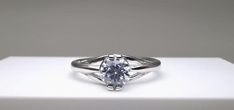 Silver eye straight bild 1 är en Elegant, tidlös, och modern accessoar. Otroligt Vacker design av SWEVALI för alla tillfälle. Smycken är av hög kvalité Silver ring. Passar perfekt för damer som gillar