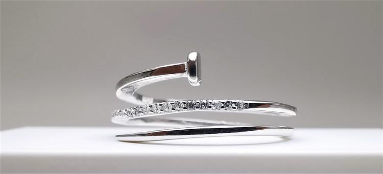 Silver Diamonail bild 2 är en Elegant, tidlös, och modern accessoar. Otroligt Vacker design av SWEVALI för alla tillfälle. Smycken är av hög kvalité Silver ring. Passar perfekt för damer som gillar