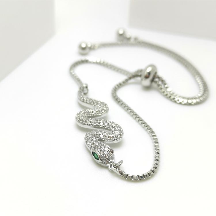 Snake Style Chain Armband bild 1 är en Elegant, tidlös, och modern accessoar. Otroligt Vacker design av SWEVALI för alla tillfälle. Smycken är av hög kvalité Stainless Steel. Passar perfekt för damer