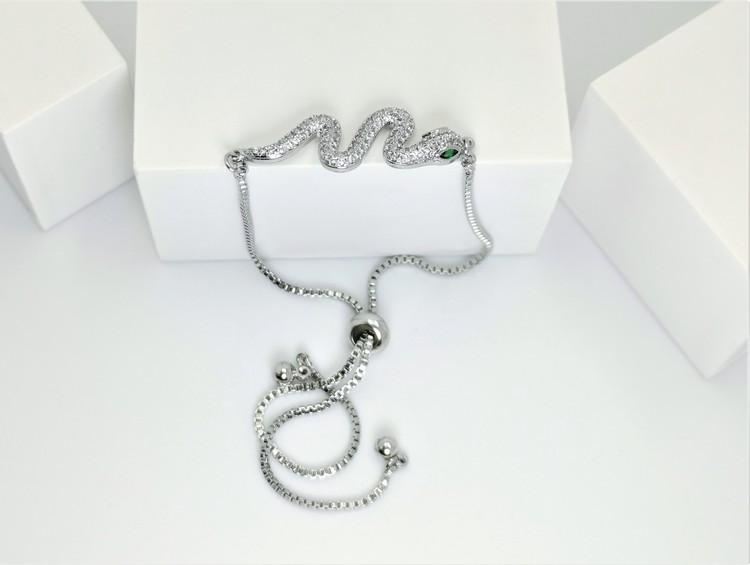 Snake Style Chain Armband bild 2 är en Elegant, tidlös, och modern accessoar. Otroligt Vacker design av SWEVALI för alla tillfälle. Smycken är av hög kvalité Stainless Steel. Passar perfekt för damer