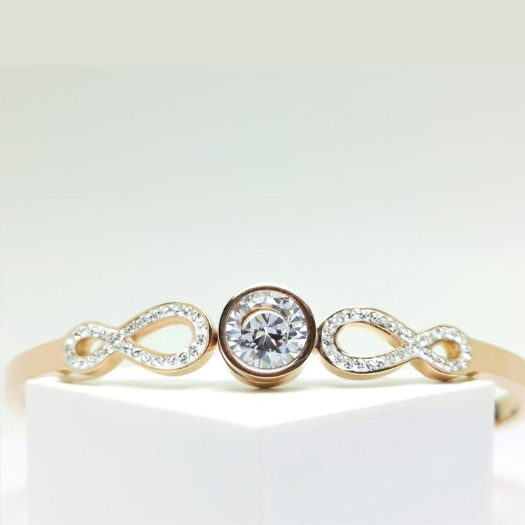 Infinity Star bild 1 är en Elegant, tidlös, och modern accessoar. Otroligt Vacker design av SWEVALI för alla tillfälle. Smycken är av hög kvalité Stainless Steel. Passar perfekt för damer som gillar a