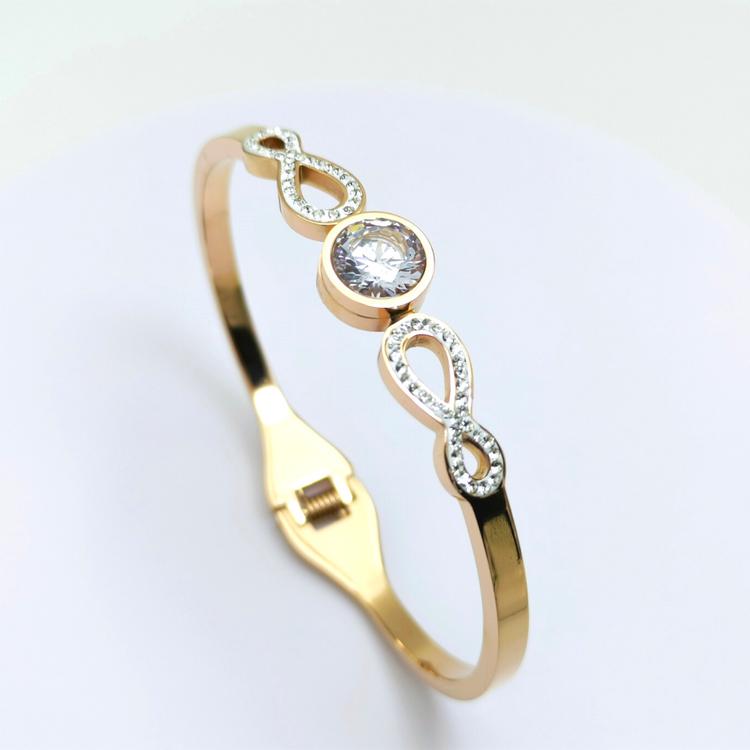 Infinity Star bild 2 är en Elegant, tidlös, och modern accessoar. Otroligt Vacker design av SWEVALI för alla tillfälle. Smycken är av hög kvalité Stainless Steel. Passar perfekt för damer som gillar a