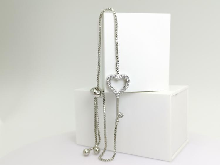 Hearts Key S bild 2 är en Elegant, tidlös, och modern accessoar. Otroligt Vacker design av SWEVALI för alla tillfälle. Smycken är av hög kvalité Stainless Steel. Passar perfekt för damer som gillar at