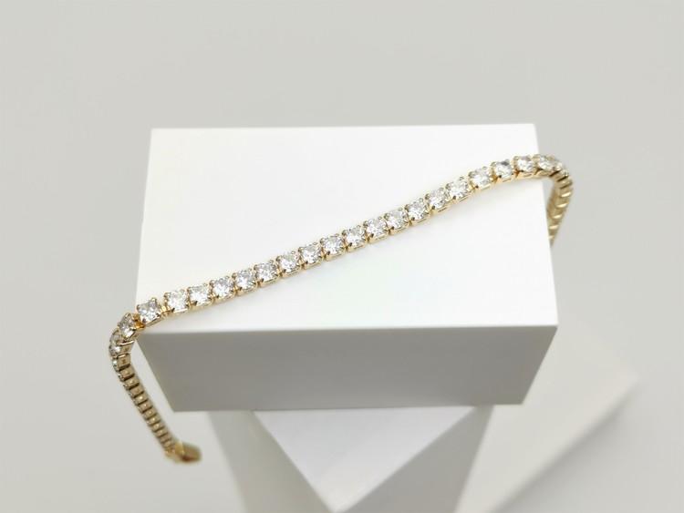 Diamond Flow Armband bild 3 är en Elegant, tidlös, och modern accessoar. Otroligt Vacker design av SWEVALI för alla tillfälle. Smycken är av hög kvalité Stainless Steel. Passar perfekt för damer som g