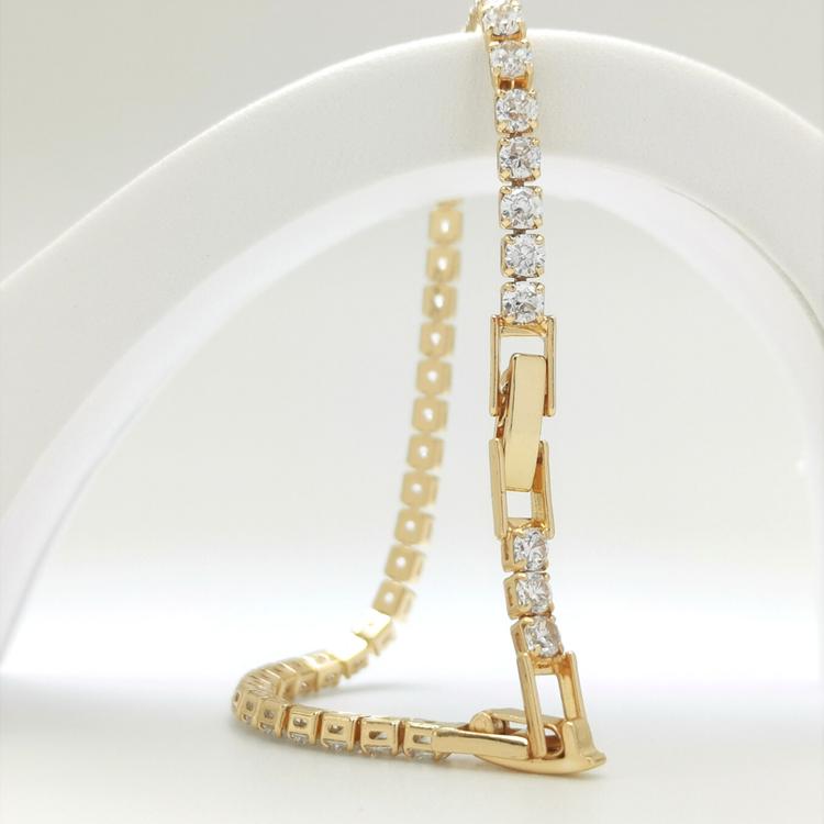 Diamond Flow Armband bild 2 är en Elegant, tidlös, och modern accessoar. Otroligt Vacker design av SWEVALI för alla tillfälle. Smycken är av hög kvalité Stainless Steel. Passar perfekt för damer som g