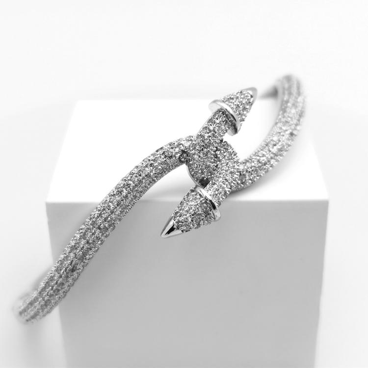 Destiny Armband bild 1 är en Elegant, tidlös, och modern accessoar. Otroligt Vacker design av SWEVALI för alla tillfälle. Smycken är av hög kvalité Stainless Steel. Passar perfekt för damer som gillar