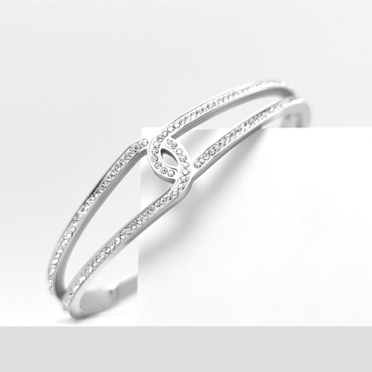 Moments Armband bild 1 är en Elegant, tidlös, och modern accessoar. Otroligt Vacker design av SWEVALI för alla tillfälle. Smycken är av hög kvalité Stainless Steel. Passar perfekt för damer som gillar
