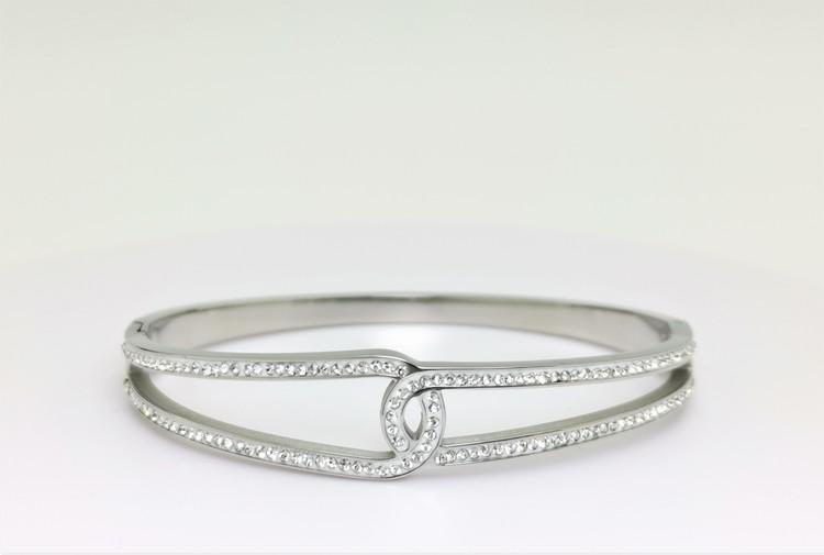 Moments Armband bild 2 är en Elegant, tidlös, och modern accessoar. Otroligt Vacker design av SWEVALI för alla tillfälle. Smycken är av hög kvalité Stainless Steel. Passar perfekt för damer som gillar