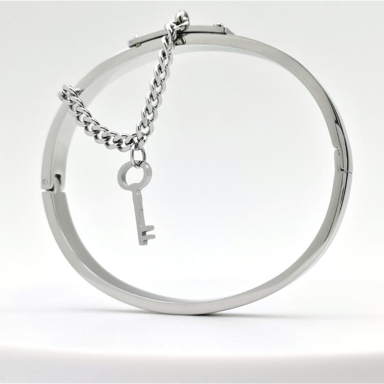 Desire Secret S bild 1 är en Elegant, tidlös, och modern accessoar. Otroligt Vacker design av SWEVALI för alla tillfälle. Smycken är av hög kvalité Stainless Steel. Passar perfekt för damer som gillar