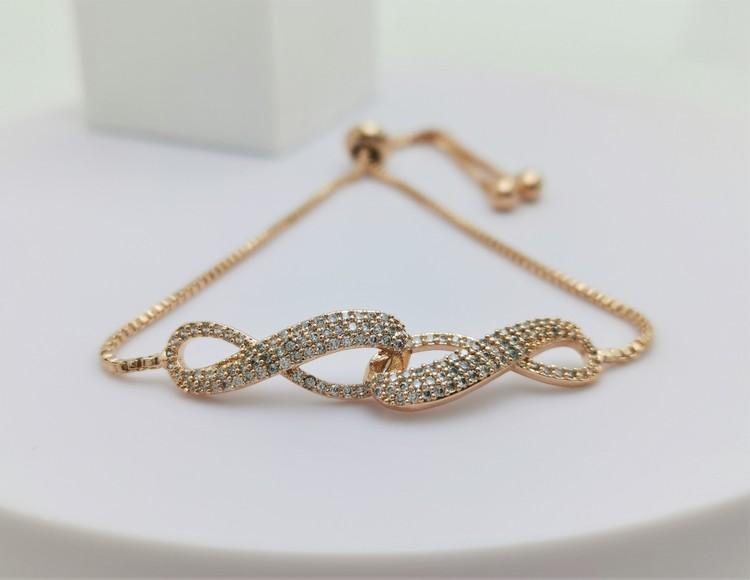 Infinity Twice bild 2 är en Elegant, tidlös, och modern accessoar. Otroligt Vacker design av SWEVALI för alla tillfälle. Smycken är av hög kvalité Stainless Steel. Passar perfekt för damer som gillar
