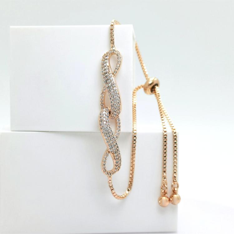 Infinity Twice bild 1 är en Elegant, tidlös, och modern accessoar. Otroligt Vacker design av SWEVALI för alla tillfälle. Smycken är av hög kvalité Stainless Steel. Passar perfekt för damer som gillar