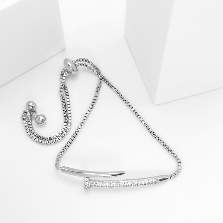 Diamond Chain Armband bild 1 är en Elegant, tidlös, och modern accessoar. Otroligt Vacker design av SWEVALI för alla tillfälle. Smycken är av hög kvalité Stainless Steel. Passar perfekt för damer som