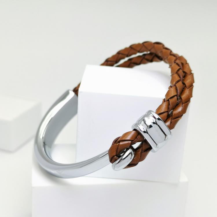 Concept Brown Leather Metal Armband bild 3 är en otroligt snygg och charmig smycke av hösta kvalité stainless steel 316 L. Passar perfekt som present.